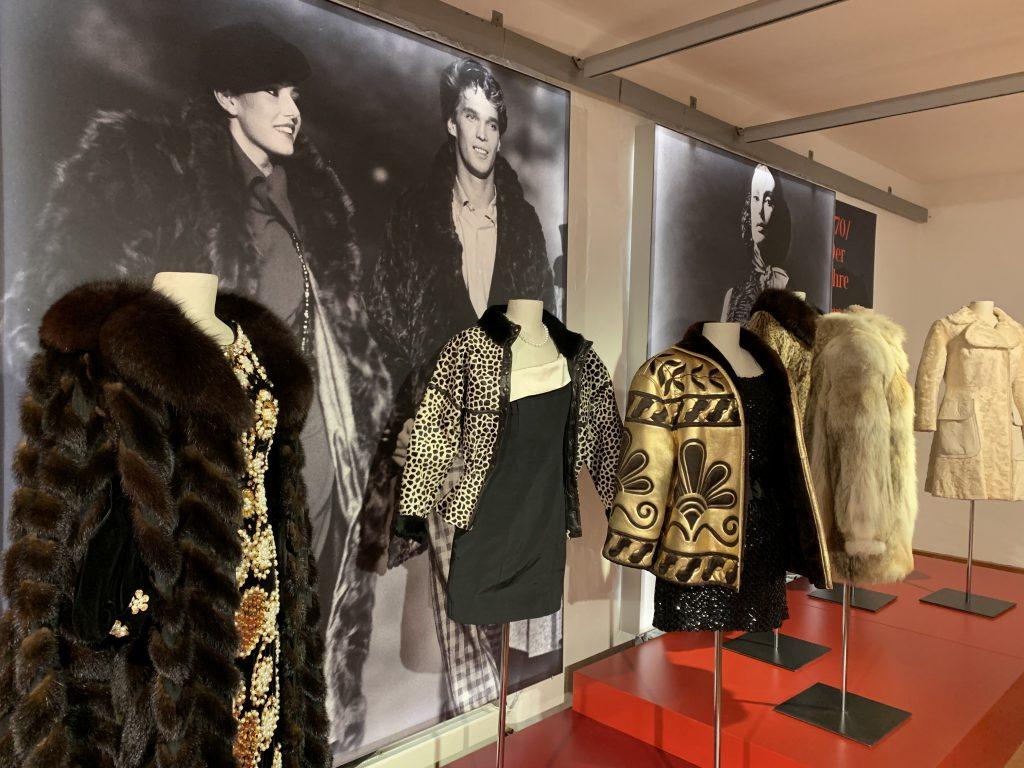 Pelzmäntel gehören seit jeher zu den Luxuswaren in der Modeindustrie. Doch dafür sterben Tiere. Das verdeutlicht die aktuelle Sonderausstellung des LVR Industriemuseums in Ratingen.